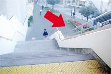 階段を降りたら右方向をお進みください。