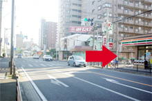 国道17号「本町一丁目」を右折します。(セブンイレブンが目印)